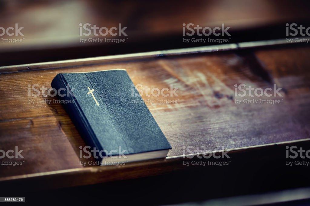 Buch der Bibel. Bibel auf alten Holztisch in der Kirche – Foto
