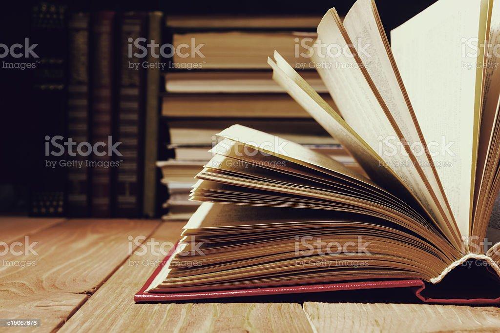 Libro abierto en el estante de la biblioteca de madera. Fondo con la educación - foto de stock