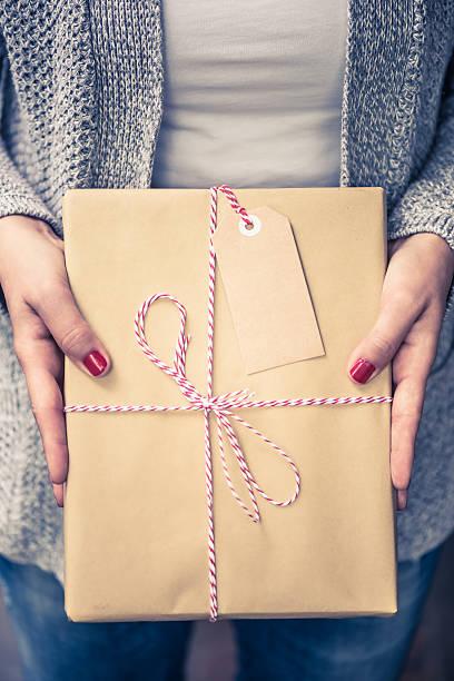 book packed for christmas gift, name tag - basteln mit zeitungspapier stock-fotos und bilder