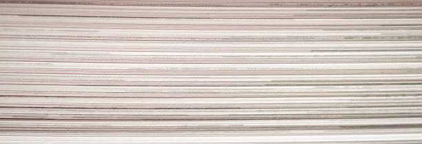 page de livre se ferment vers le haut du panorama de fond de texture - page livre photos et images de collection