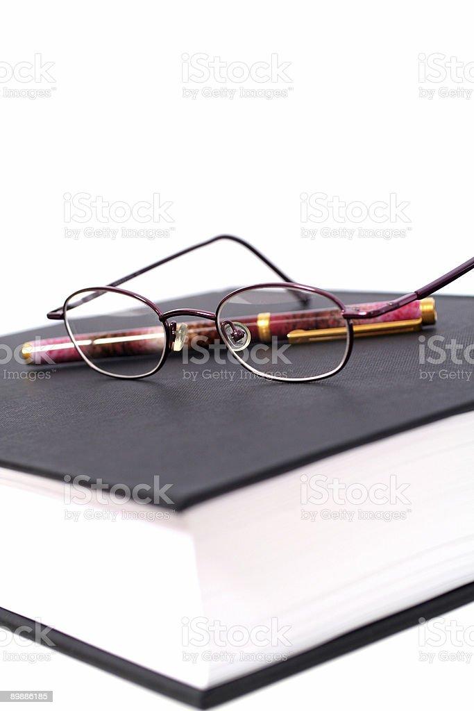 Reserve con gafas y lápiz foto de stock libre de derechos