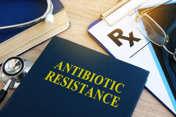 boka med titeln antibiotikaresistens i ett sjukhus. - resistance bacteria bildbanksfoton och bilder