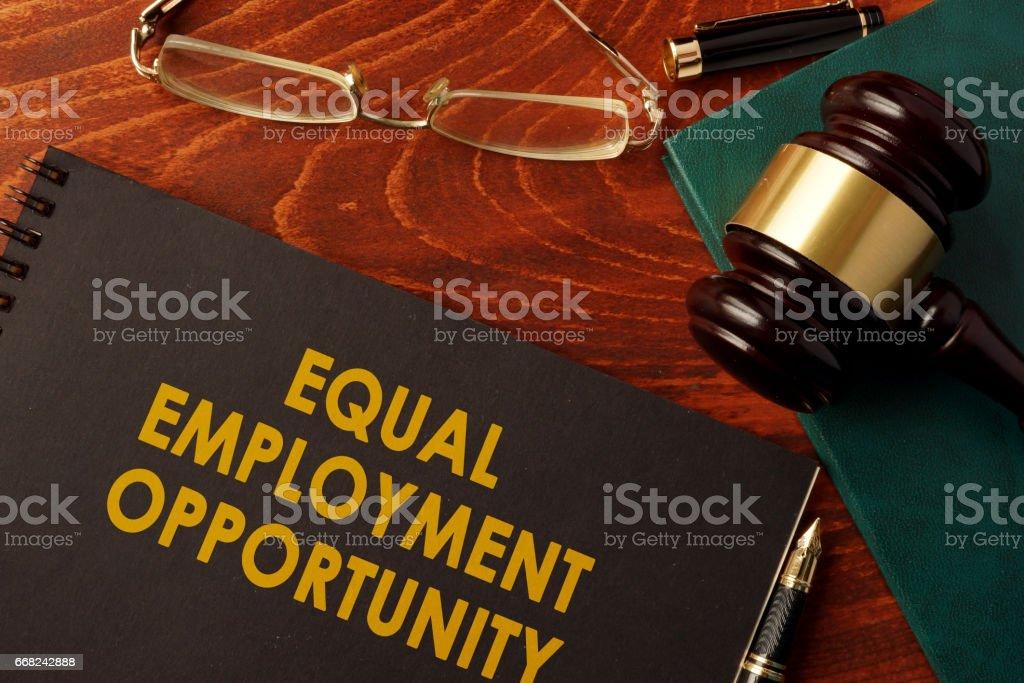 Een boek met de titel gelijke kansen van de werkgelegenheid. foto
