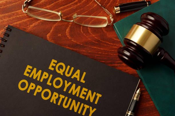 ein buch mit titel equal employment opportunity. - vorurteil stock-fotos und bilder