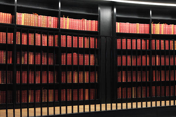 libros antiguos en la biblioteca de moderna - biblioteca de derecho fotografías e imágenes de stock