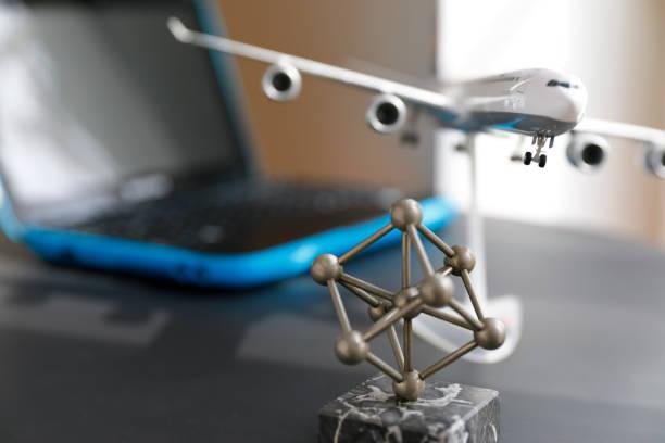 Buchung eines Fluges für eine Städtereise zu Hause – Foto