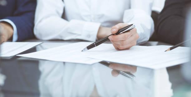 Buchhalter Team oder Finanzinspektoren machen Bericht, Berechnung oder Überprüfung des Gleichgewichts. Gruppe von Menschen am Arbeitsplatz. Geschäftsbetriebs-Konzept. – Foto