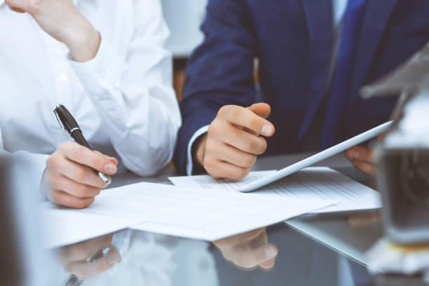 Buchhalter Team oder Finanzinspektoren machen Bericht, Berechnung und Überprüfung des Gleichgewichts. Finanzdokument für Steuerdienste. Prüf-oder Besprechungskonzept – Foto