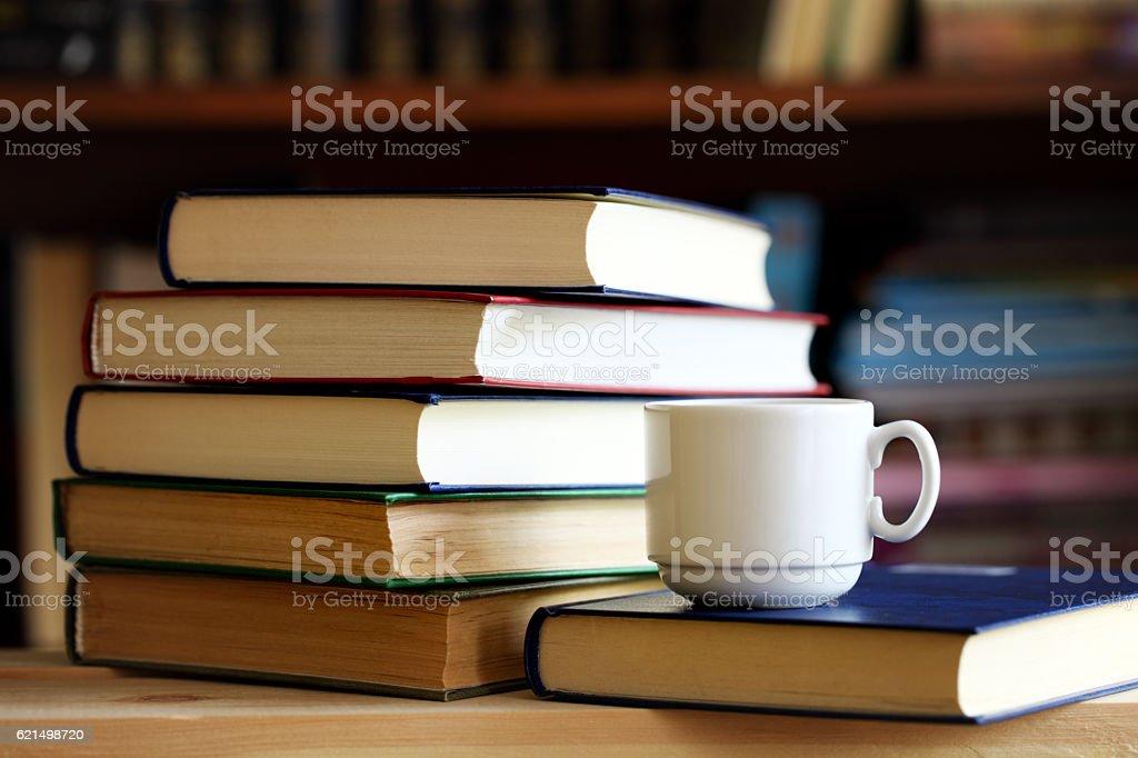 Bücher und Tasse Lizenzfreies stock-foto