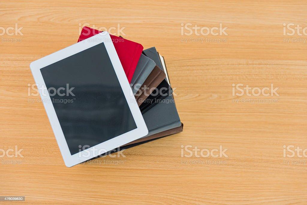 Livros e tablet digital - foto de acervo