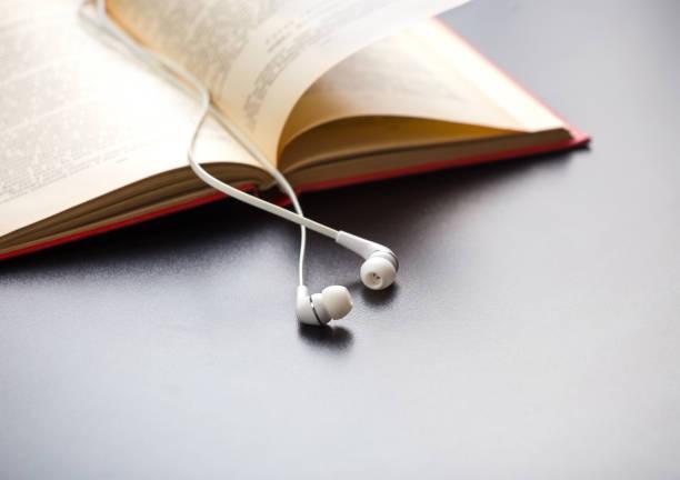 libros y tapones - auriculares equipo de música fotografías e imágenes de stock