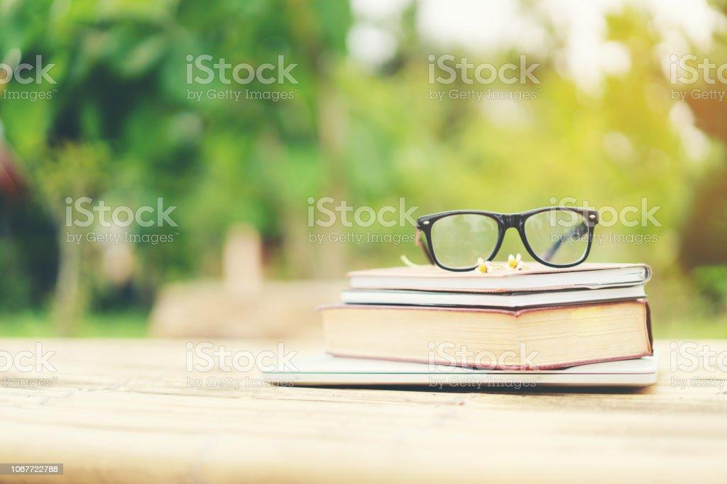 Bücher und Brillen mit Natur Hintergrund. – Foto