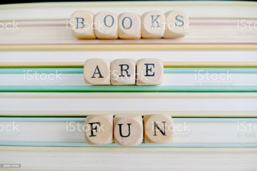 Libros son divertidos: cartas sobre una pila de libros - foto de stock