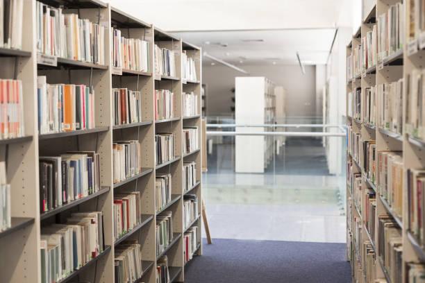 Bücher, die in Regalen der Universitätsbibliothek angeordnet sind – Foto