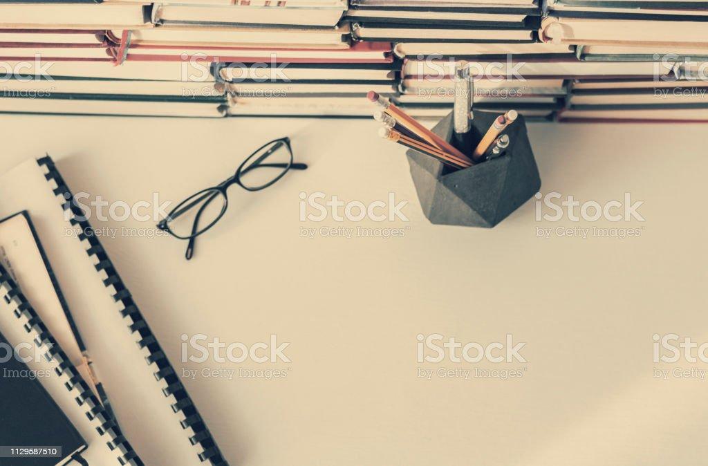 Bücher-Hintergrund, Gläser und Lehrbücher auf weißer Holztisch... – Foto