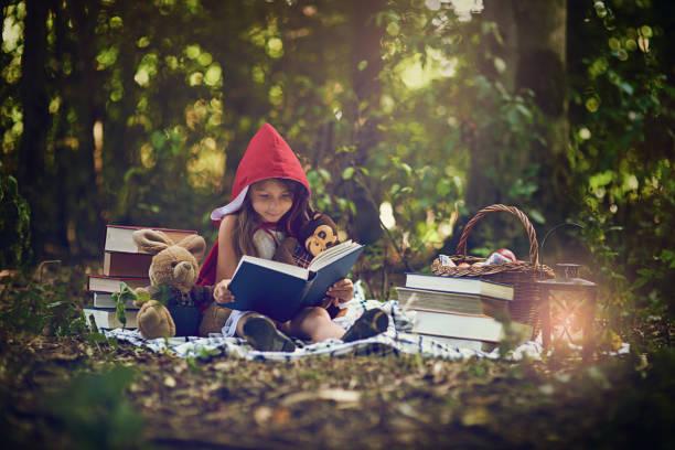 bücher können uns in den magischsten orte transportieren - geschichten für kinder stock-fotos und bilder