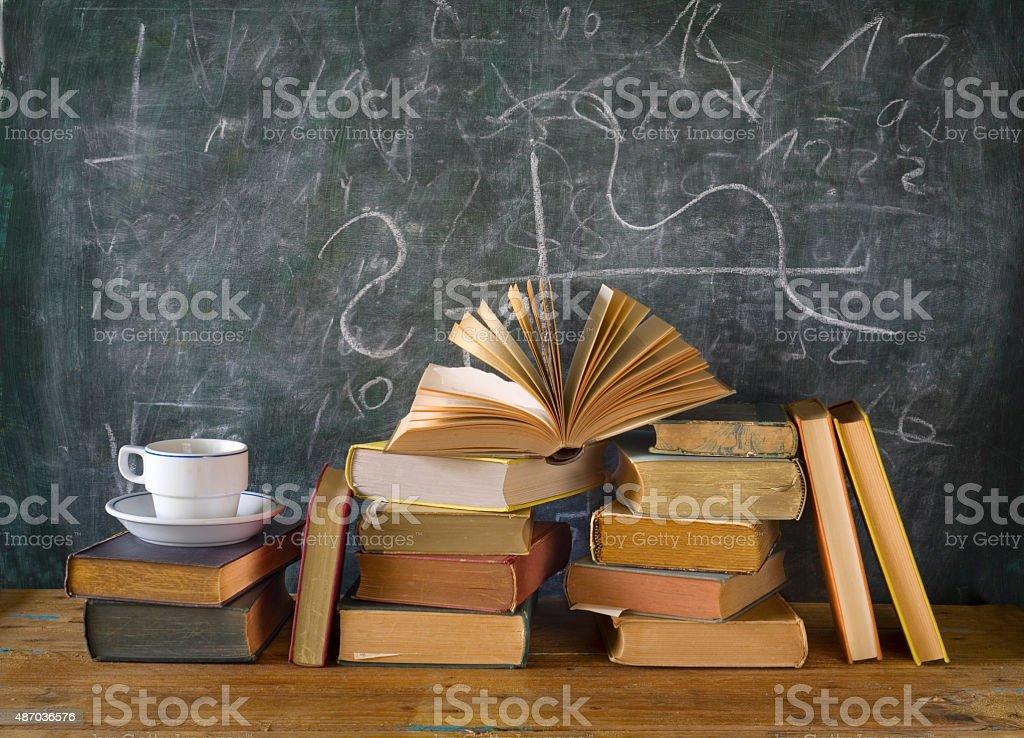 Bücher und Tasse Kaffee, blackboard Lizenzfreies stock-foto