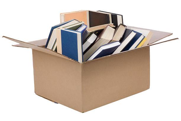 bücher in einer box - gebrauchte bücher verkaufen stock-fotos und bilder