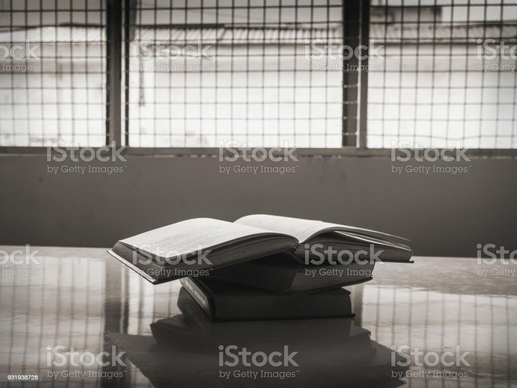 Libros en la cárcel, concepto de la libertad de pensamiento - Foto de stock de Abierto libre de derechos