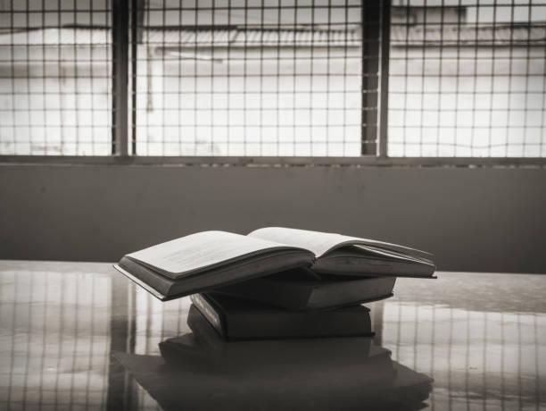 livres en prison, le concept de la liberté de pensée - prison photos et images de collection