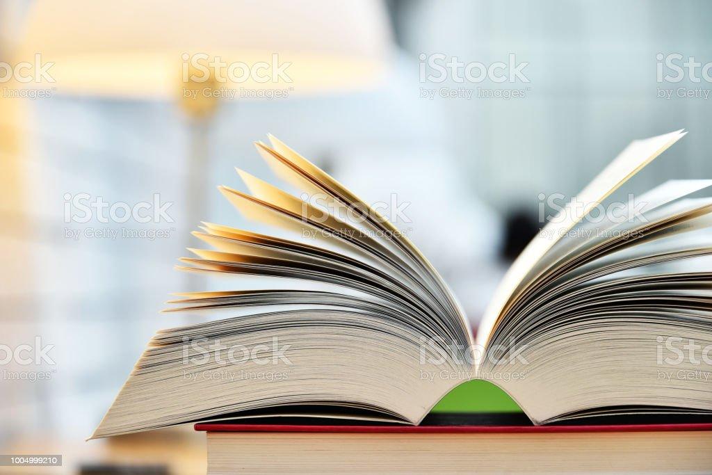 Bücher liegen auf dem Tisch in der öffentlichen Bibliothek – Foto