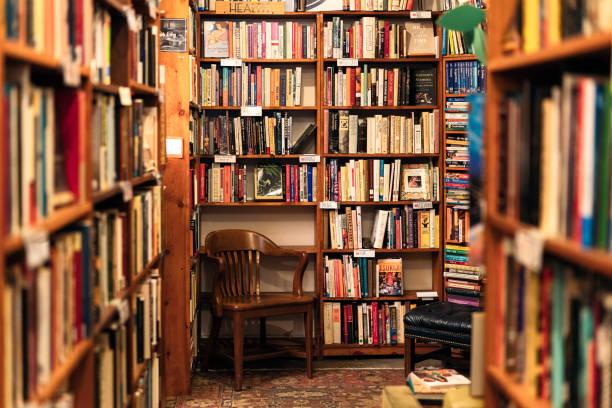 libros en pantalla en la esquina de una librería de segunda mano - biblioteca fotografías e imágenes de stock