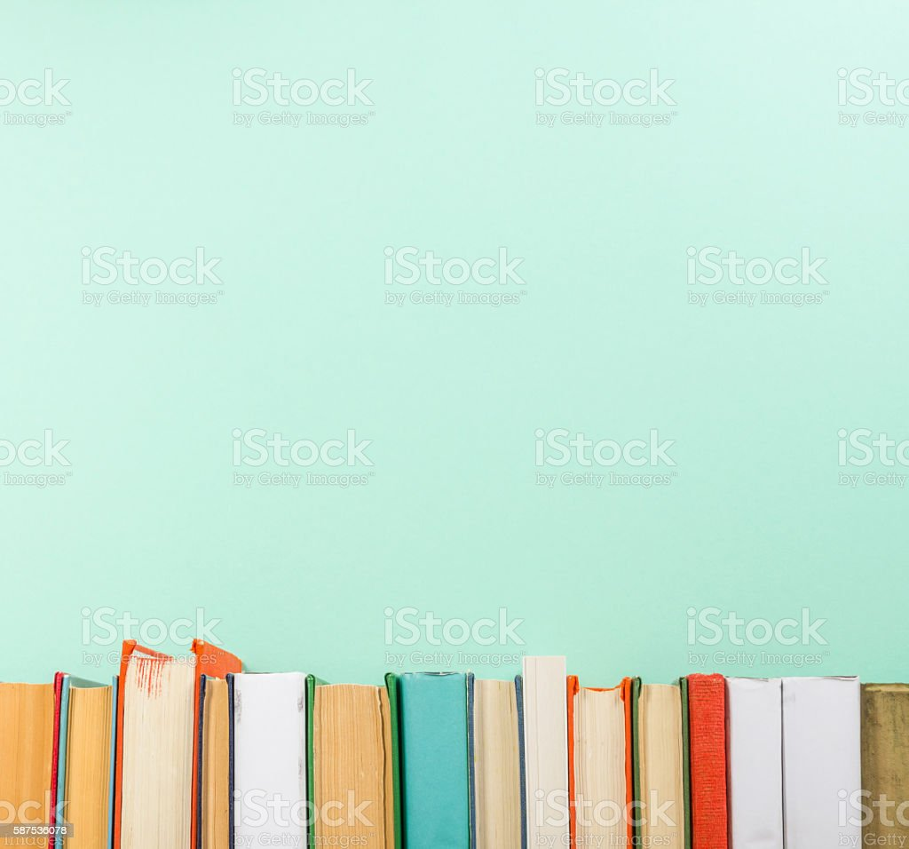 Books on grunge wooden table desk shelf in library. Back - foto de stock