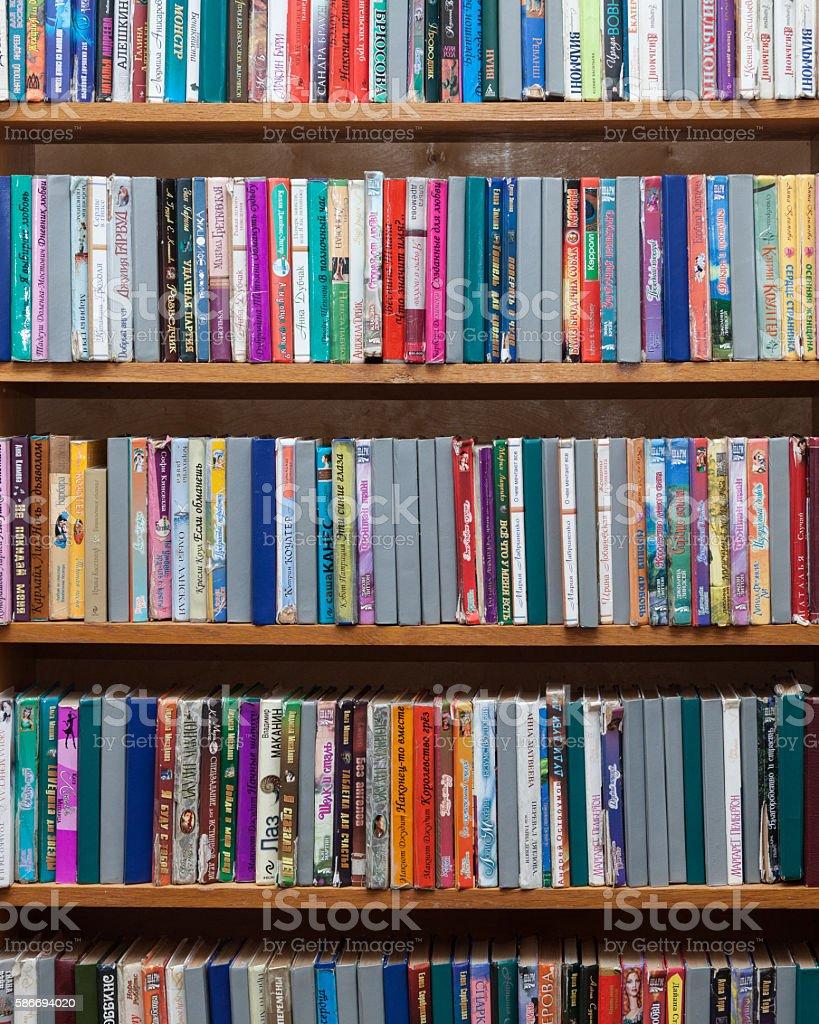 Bücher in den Regalen – Foto