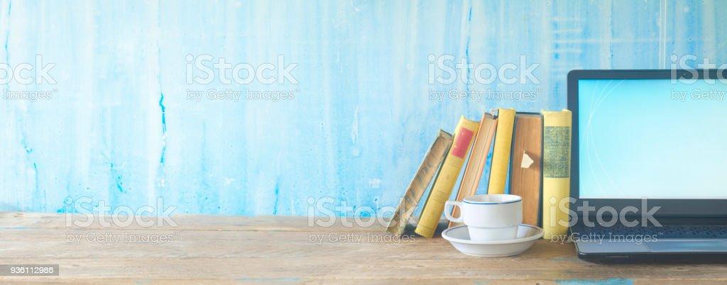 Bücher, Kaffee und Laptop, lernen, Bildung, kopieren Raum – Foto