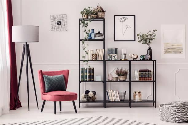 boekenkast in de woonkamer - boekenplank stockfoto's en -beelden