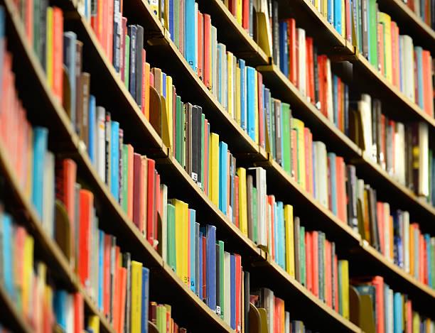 estantería en biblioteca pública de estocolmo - biblioteca fotografías e imágenes de stock
