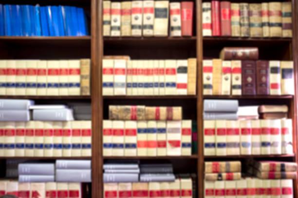 Bücherregal viele alte juristische Bücher – Foto