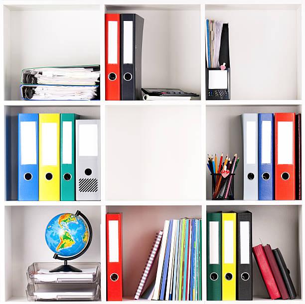 ordner auf regalen - papierrollenhalter stock-fotos und bilder