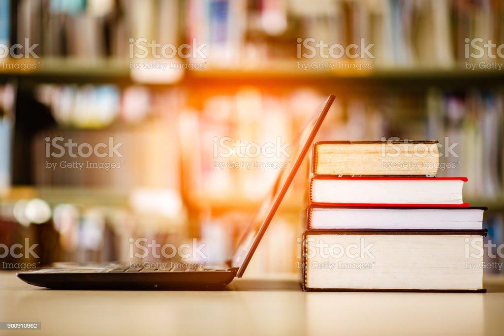Bücherregale und Laptops befinden sich auf dem Schreibtisch Bibliothek. - Lizenzfrei Akademisches Lernen Stock-Foto