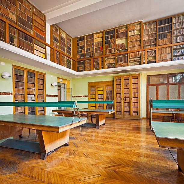 estantes en vintage university library - biblioteca de derecho fotografías e imágenes de stock