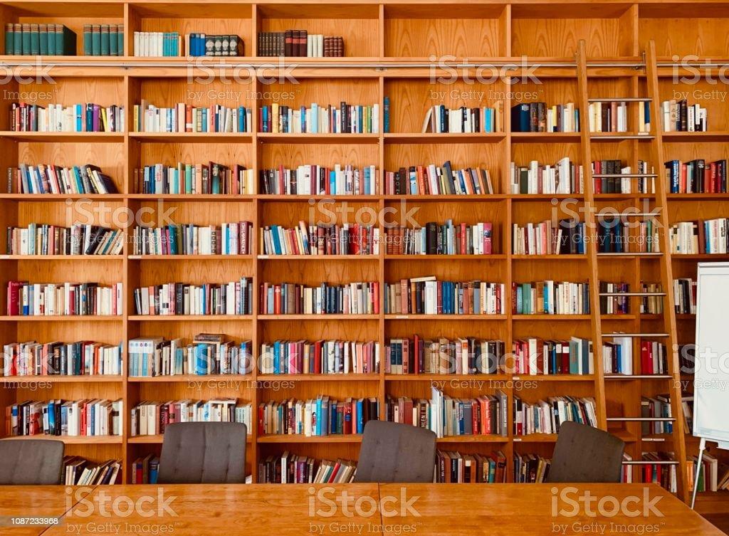 Bücherregal Mit Leiter Whiteboard Und Tabelle Stockfoto Und