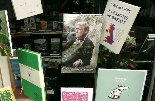 fenêtre librairie - donald trump photos et images de collection