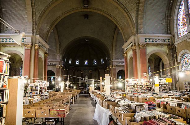 buchhandlung in einem verlassenen kirche - gebrauchte bücher verkaufen stock-fotos und bilder