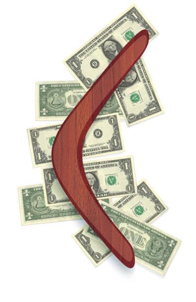 bumerang von rotem holz mit applikationen aus dollarnoten. - kostenlose onlinespiele stock-fotos und bilder