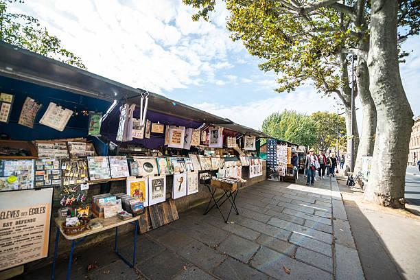 booquinistes on seine riverbank, paris - gebrauchte bücher verkaufen stock-fotos und bilder
