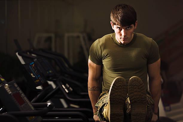 bootcamp fitness-trainer - militärisches training stock-fotos und bilder