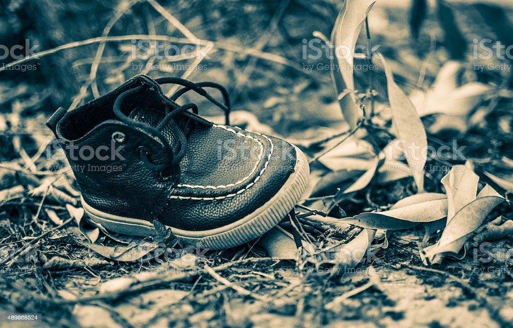 Schuhe Kinder Im Wald Auf Nur Einer Seite Stockfoto und mehr