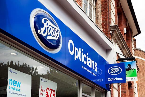 stiefel optiker shop-beschilderung - beckenham town stock-fotos und bilder