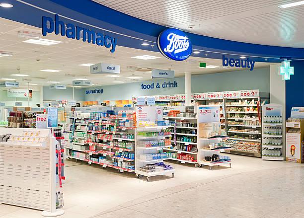 schuhe shop eingang - drogerie stock-fotos und bilder