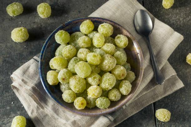 feuchtfröhliche gezuckerten prosecco-trauben - grape sugar stock-fotos und bilder