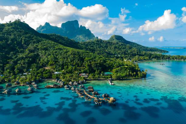 imagem aérea do zangão de bora bora do paraíso das férias do curso e dos bungalows do overwater - laguna - fotografias e filmes do acervo