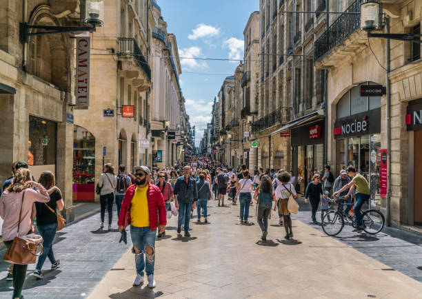 bordeaux, france, 9 mai 2018-touristes et les habitants de shooping dans la principale commerçante rue ' rue sainte-catherine' - établissement commercial photos et images de collection