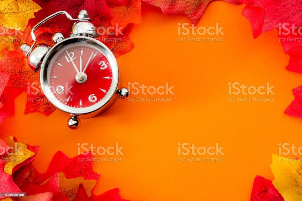 Grenze um orange Hintergrund mit Uhr und Blätter mit Exemplar – Foto