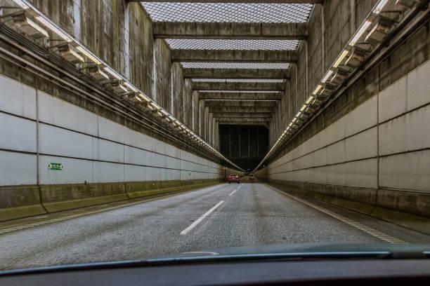 gränskontroll i tunneln mellan sverige och danmark för att hindra kriminella gängmedlemmar att komma in i danmark - tunnel trafik sverige bildbanksfoton och bilder
