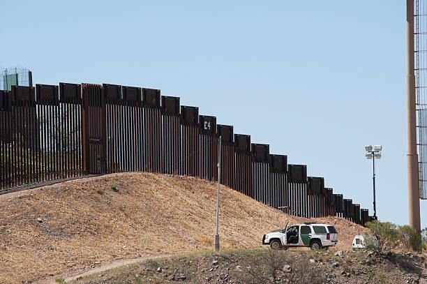 境界柵やパトロールにノガレス(アリゾナ州) - 地理的境界 ストックフォトと画像